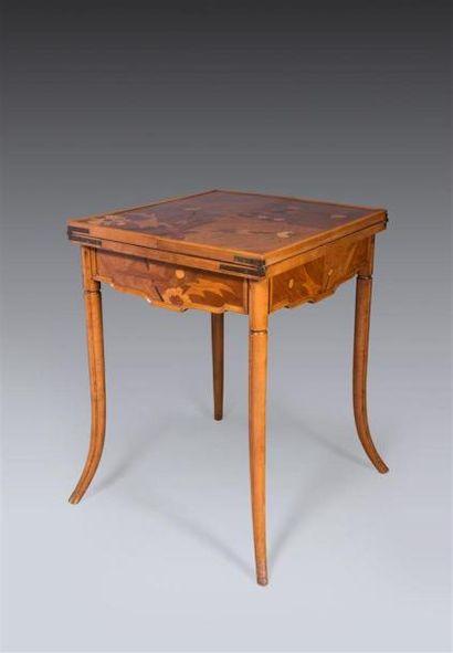 Emile GALLE (1846-1904) Table à jeu à plateau...