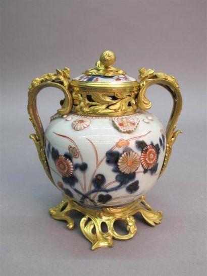 Brûle parfum en porcelaine à décor imari...
