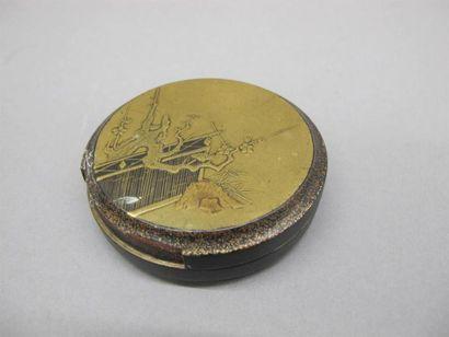 JAPON - Milieu Epoque EDO (1603 - 1868) Boite ronde en laque or à décor de branches...