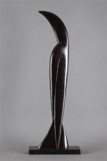 Etienne BÉOTHY (1897-1961) Oiseau Bronze à patine brun foncé sur socle en bois peint...