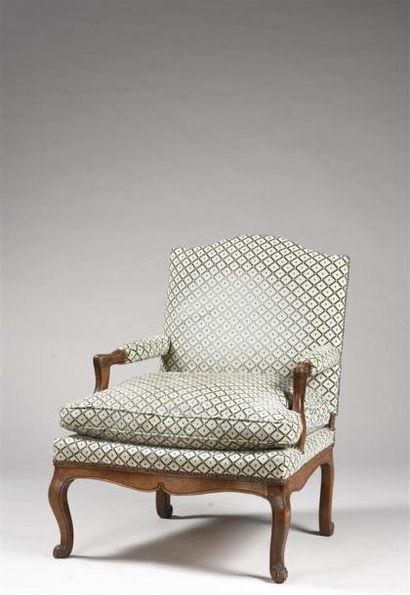 Large fauteuil en noyer sculpté mouluré....