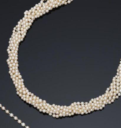 Collier composé de sept rangs de perles...