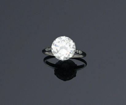 Solitaire en platine orné d'un diamant de...
