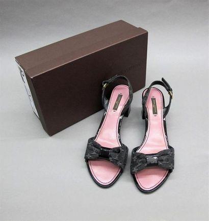 LOUIS VUITTON Paire de sandales modèle