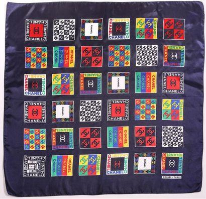 CHANEL Foulard en soie imprimée de 36 carrés...