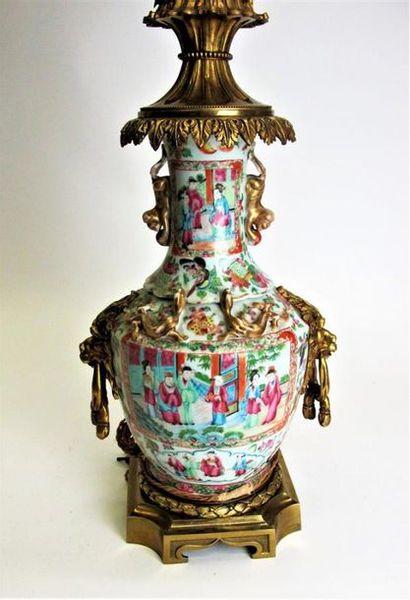 CHINE - CANTON fin du XIXe siècle. Vase balustre...