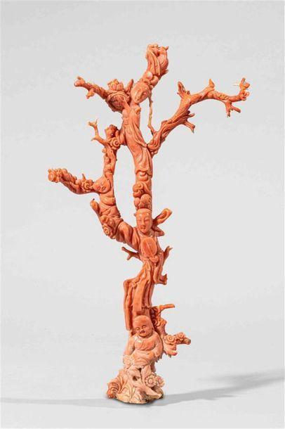 CHINE Groupe en corail rose sculpté dans...