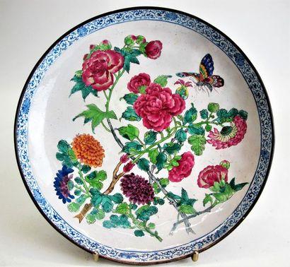 CHINE, XIXe siècle Assiette en cuivre émaillé...