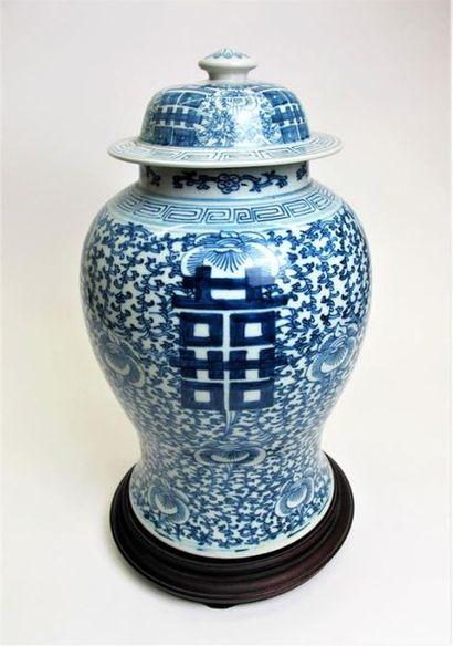 CHINE, fin du XIXe siècle Potiche couverte...