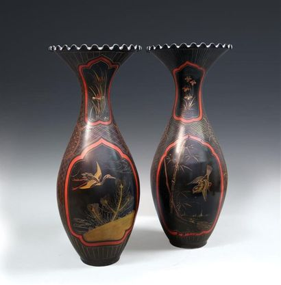 JAPON, période Meiji (1868-1912). Deux vases...