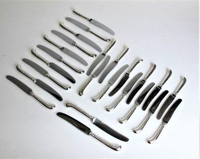 Douze couteaux et douze couteaux à entremets,...