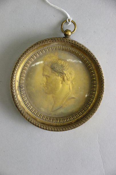Médaillon en laiton doré estampé figurant...