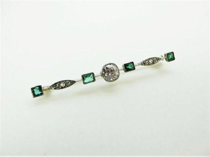 Broche barrette en or blanc 18k ornée au centre d'un diamant taille ancienne épaulé...