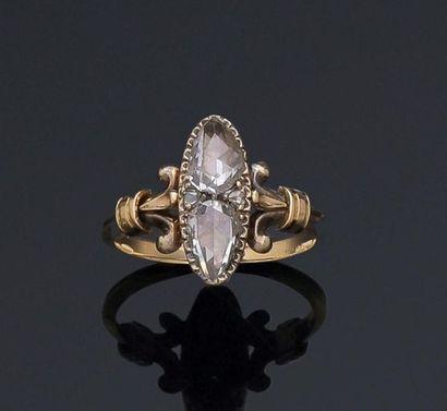 Bague en or jaune 18k ornée de deux diamants...