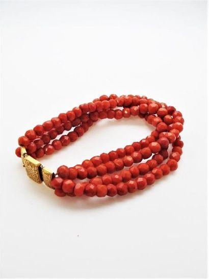 Bracelet à quatre rangs de perles de corail...