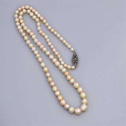 Collier un rang composé de 92 perles fines...