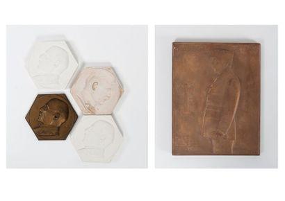 Trois tirages en plâtre :  - Deux médaillons...