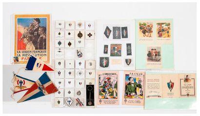 Lot de cartes postales de propagande et d'insignes...