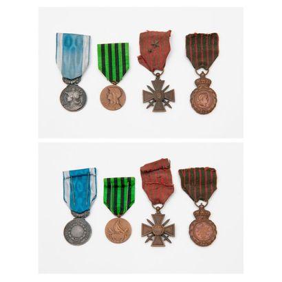 Quatre décorations ou médailles en métal...