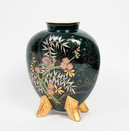 Vase en forme de coeur à petit col droit...