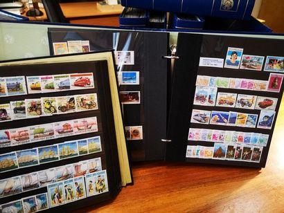 Un lot comprenant 29 classeurs et 4 chemises de timbres. M. Richard Menozzi présente...