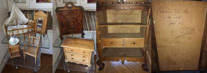 Mobilier de poupée, XIXème-XXème siècles :  - petite armoire à fronton en différents...