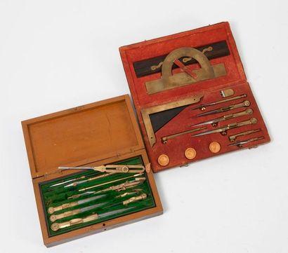 Coffret à compas (recomposé) en bois sur deux niveaux comprenant règles à calcul,...