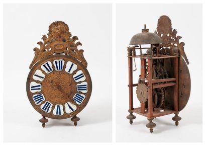 Horloge lanterne à charpente en fer et rouages en laiton, reposant sur quatre pieds...