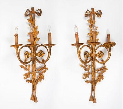 Paire d'appliques en bronze doré, à trois bras de lumière, à décor de trompes de...