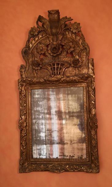 Miroir à cadre en bois sculpté et redoré...