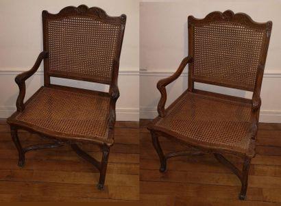 Deux fauteuils à la Reine en hêtre patiné...