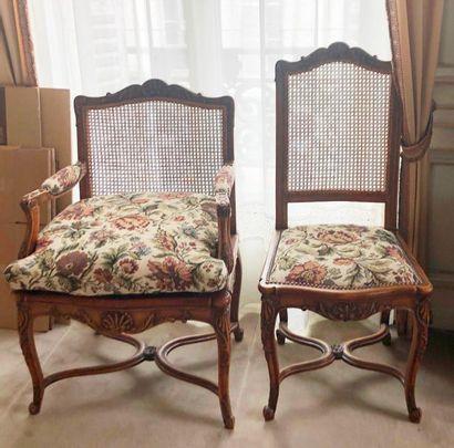 Salon en bois naturel composé d'un canapé...