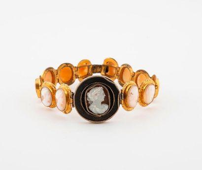 Bracelet en métal doré orné de treize camées...