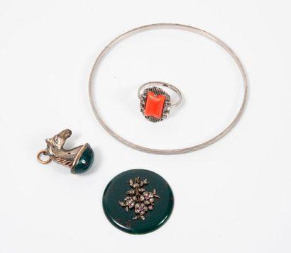 Trois bijoux en argent (800) :   - Pendentif...
