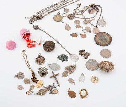 Lot de médailles religieuses en argent (800)...