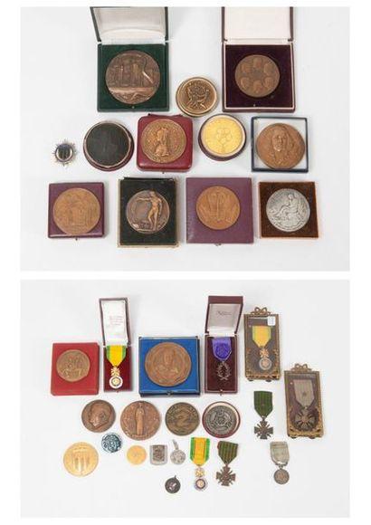 Lot de médailles en bronze ou métal patinés...
