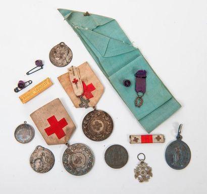 Petit lot de médailles de la Croix Rouge...
