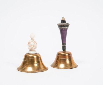 Deux clochettes aux calices en métal bronzé,...