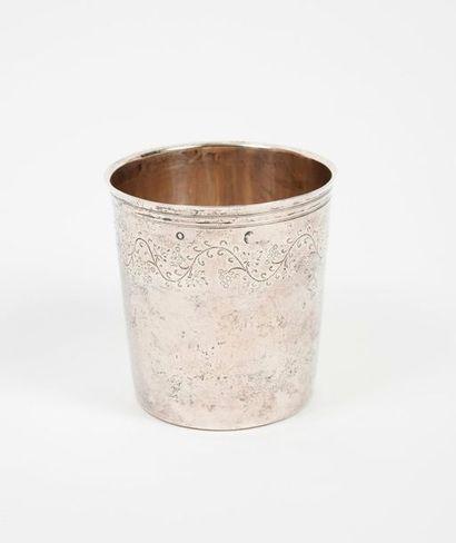 Gobelet tronconique en argent (950) à décor...