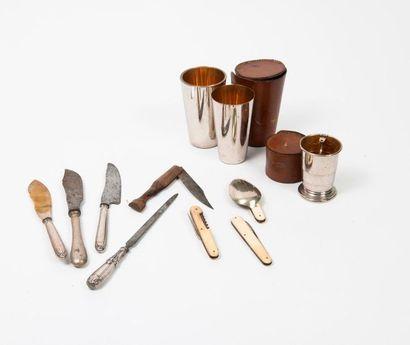 Trois couteaux de service en acier ou métal...