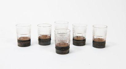 Six verres à liqueur en verre taillé à décor...