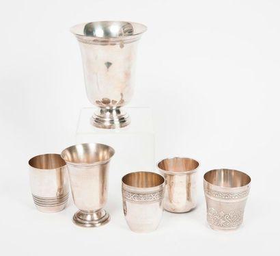 Trois gobelets en argent (950) à décor de...