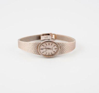 Montre bracelet de dame en or gris (750).  Boîtier ovale.  Cadran à fond argenté...