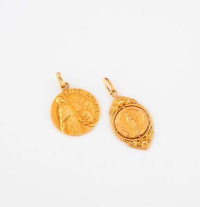 Deux pendentif religieux en or jaune (750)....