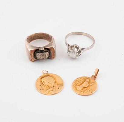 Deux médailles de baptême en or jaune (750)....