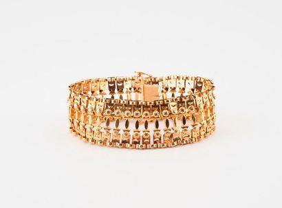 Bracelet en or jaune (750) articulé et ajouré...