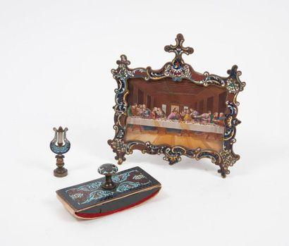Trois pièces en laiton à décors en émaux polychromes à champlevé, de la fin du XIXème siècle  :