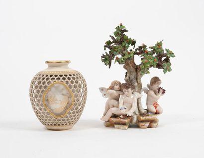 Deux pièces en porcelaine : - ROYAL WORCESTER,...
