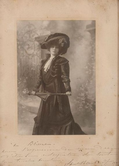 Cinq photographies dédicacées à Eugène BRIEUX (1858-1932) - Sarah BERNHARDT (1844-1923),...