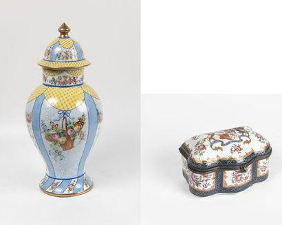 Deux pièces en porcelaine : - Boîte dans...